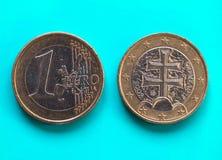 1 euro pièce de monnaie, Union européenne, Slovaquie au-dessus de vert-bleu Images libres de droits
