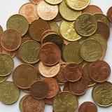 Euro pièces de monnaie au-dessus du fond blanc Photo stock