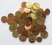 Euro pièces de monnaie au-dessus du fond blanc Images stock