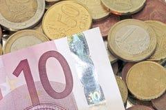 Euro pièces de monnaie avec la billette de l'euro 10 Image stock
