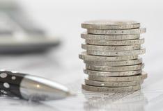 Euro pièces de monnaie avec la calculatrice et le diagramme Images stock