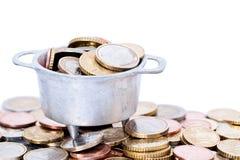 Euro pièces de monnaie dans le chaudron Photo stock