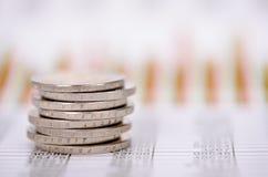 Euro pièces de monnaie empilées au-dessus des données de marché des changes Photo stock