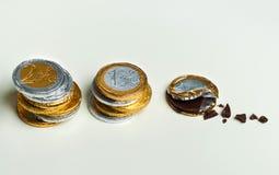 Euro pièces de monnaie empilées de chocolat, concept d'investissement Image stock