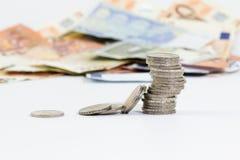 2 euro pièces de monnaie empilées et euro billets de banque Photos libres de droits