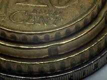 Euro pièces de monnaie empilées - macro photo. Image stock