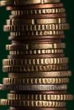 Euro pièces de monnaie empilées sur l'un l'autre Image stock