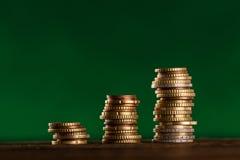 Euro pièces de monnaie empilées sur l'un l'autre Photographie stock libre de droits