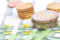 Euro pièces de monnaie et billets de banque d'argent Images stock