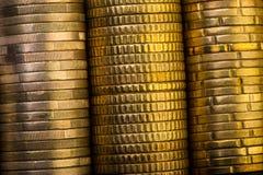 Euro pièces de monnaie et euro cents dans la boîte encaissez l'euro corde de note d'argent de l'orientation cent des euro cinq Photos stock