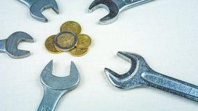 Euro pièces de monnaie et outils de clé comme symbole des sciences économiques d'Européen de reconfiguration Photographie stock