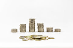 2 euro pièces de monnaie ont empilé et ont dispersé une partie de 1 euro Photographie stock libre de droits