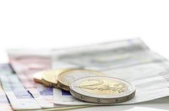 Euro pièces de monnaie sur des billets de banque Photos libres de droits