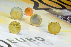 Euro-pièces de monnaie sur l'Euro-billet de banque Images libres de droits