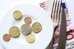 Euro pièces de monnaie sur la fourchette de plaque, couteau Image stock