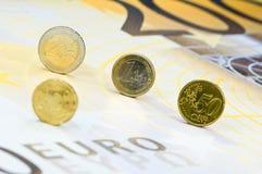 Euro pièces de monnaie sur le billet de banque Photos stock