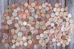Euro pièces de monnaie sur le bureau en bois de conseil Photographie stock libre de droits