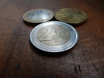Euro pièces de monnaie sur le fond en bois Photo stock