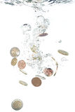 Euro pièces de monnaie tombant dans l'eau Photo libre de droits