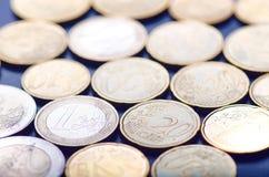 Euro pieniądze i kredytowe karty jesteśmy na ciemnym tle Waluta Europa Równowaga pieniądze Budować od monet Obrazy Stock