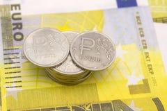 Euro pieniądze podwyżki pojęcie, strzałkowata mapa wskazuje up przeciw tłu Euro rachunki Fotografia Stock