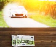 Euro pieniądze przeciw tłu TV, bawi się zakładać się, euro na którym pokazuje samochodowy wiec obraz stock