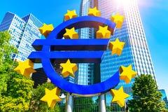 Euro pieniądze symbol w Frankfurt magistrala, Niemcy - Am - obraz stock