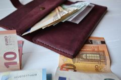 Euro pieniędzy banknoty, portfel na białym drewnianym biurku i Biznesowy pieniądze tło fotografia royalty free