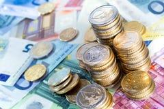 Euro piles et factures d'argent Photos libres de droits
