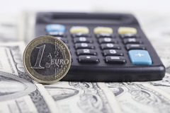 Euro plan rapproché de pièce de monnaie, calculatrice sur le fond des dollars de billets de banque Photos libres de droits