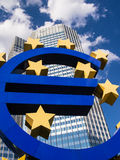 Euro podpisuje wewnątrz fron drapacz chmur Zdjęcie Royalty Free