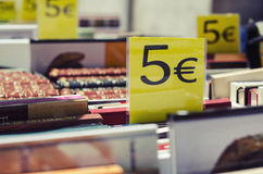 Euro-Preise auf Büchern Stockbild