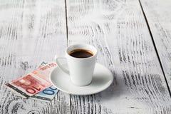 Euro rachunek i filiżanka kawy na drewnianym stole Zapłata, porada obrazy stock