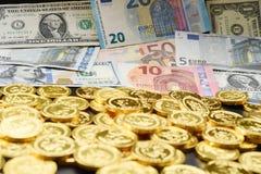 Euro rachunki i dolarowi rachunki z złocistymi monetami Obraz Royalty Free
