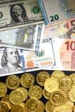 Euro rachunki i dolarowi rachunki z złocistymi monetami Fotografia Stock