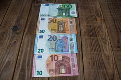 Euro rachunki na drewnianym tle obraz stock