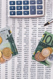 100 euro rasgados, calculadora, pena com moedas Foto de Stock Royalty Free