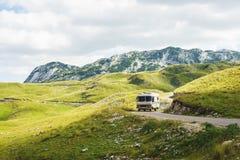 Euro-Reise Altes stilvolles klassisches motorhome auf der Stra?e in den Bergen stockfoto