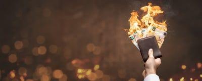 Euro rekeningen in een portefeuille die met een heldere vlam als panorama branden royalty-vrije stock afbeeldingen