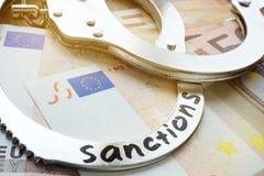 Euro rekeningen en handcuffs met sancties Economische beperkende maatregelen stock fotografie