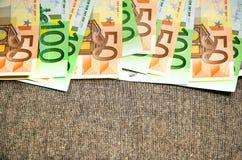 Euro rekeningen op een rij op grijze achtergrond Royalty-vrije Stock Fotografie