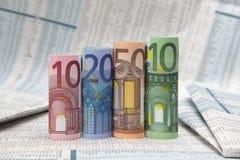 Euro rekeningen op financiële krant royalty-vrije stock foto's