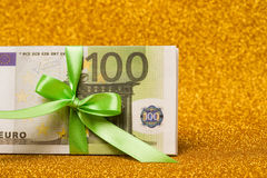 100 euro rekeningen op gouden fonkelende achtergrond Heel wat geld, luxe Stock Foto