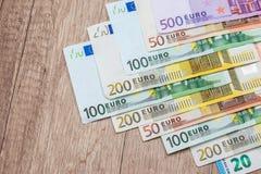 euro rekeningen op houten bureau Sluit omhoog Stock Fotografie