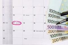 100 200 500 euro rekeningen op kalender Royalty-vrije Stock Foto