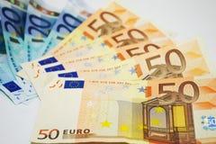 Euro rekeningen op witte achtergrond stock afbeelding