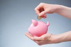Euro risparmio - moneta in un porcellino salvadanaio Fotografia Stock