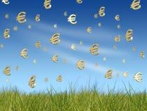 Euro- símbolos que caem do céu Foto de Stock