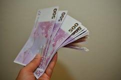 500-Euro - Scheine in der Hand Stockfotografie