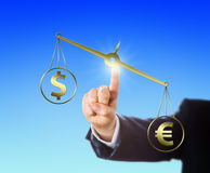 Euro signe étant supérieur au dollar sur un équilibre Images libres de droits